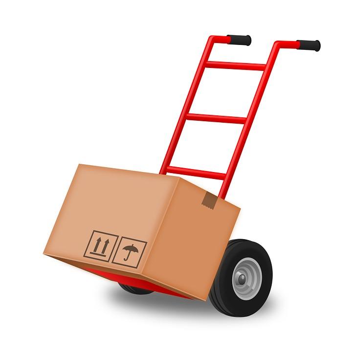 wózek służący do przeprowadzek z załadowanym kartonem